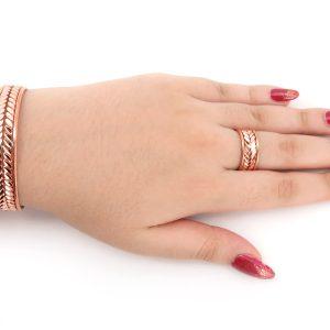 نمایش دستبند و انگشتر در دست