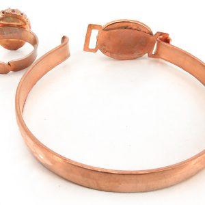 نمای پشت از دستبند و انگشتر مس